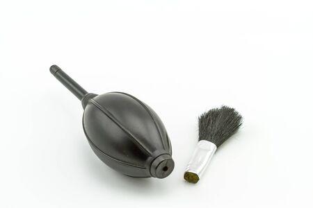 air cleaner: Cierre de negro de Aire más limpio pera de goma y pincel sobre fondo blanco