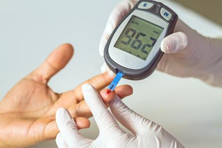 bloedglucosemeter, wordt de bloedsuikerwaarde gemeten op een vinger