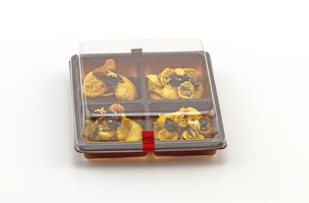 comiendo cereal: Primer plano de cereales cookie en caja establecidos en el fondo blanco