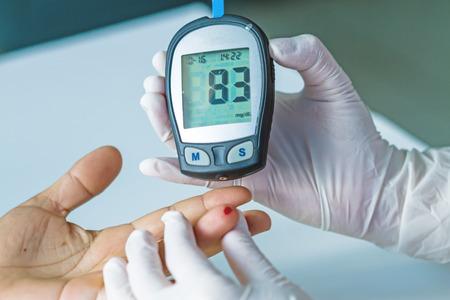 medidor de glucosa en la sangre, el valor de azúcar en la sangre se mide en un dedo