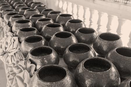 limosna: Pila de cuenco de las limosnas de los monjes Foto de archivo