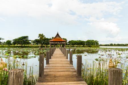 monasteri: Thai architettura del tempio di legno su Park NongKhulu nella provincia di Ubonratchathani, Thailandia