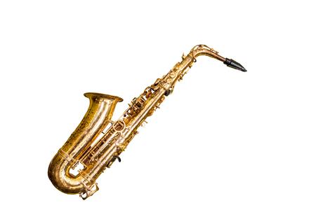 Zamknij się stary saksofon klasyczny na białym tle