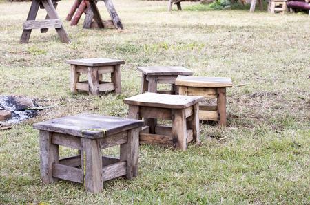 arredamento classico: Mini Sedia di legno L'attivit� intorno al fuoco nel nord della Thailandia.