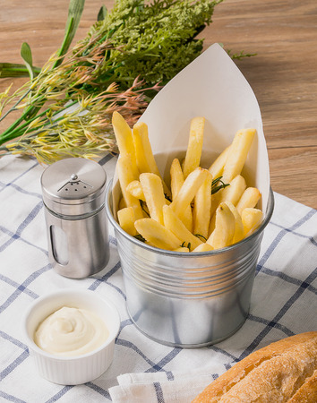 sal: French Fries in Basket with Mayonaise and Bread