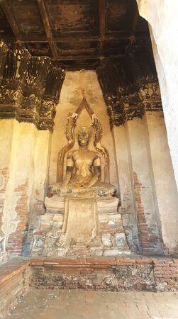 Ancient Buddha statue at Wat Chaiwatthanaram Buddhist temple Редакционное