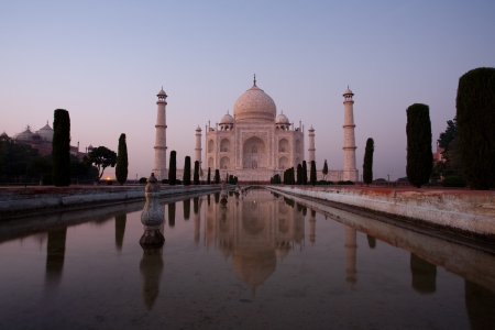 A long exposure gives a ghostly appearance of an empty Taj Mahal at sundown. Banque d'images