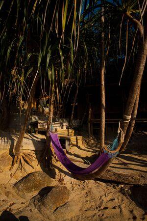 invitando: Un acogedor hamaca en frente de playa solitaria bungalow en los tr�picos.