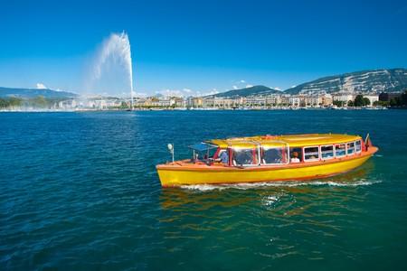 수상 택시는 제네바 호수의 깨끗한 물을 공급합니다.