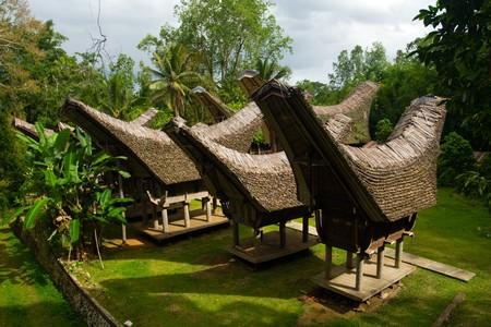 house gables: Un cl�ster de tongkonan, casas de barco tradicional del pueblo de Tana Toraja de Sulawesi, Indonesia.  Foto de archivo