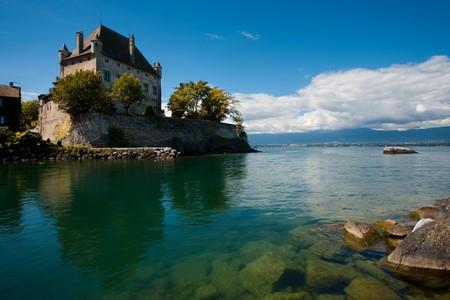 이브 레의 요새화 된 성은 제네바 호수의 맑은 바닷물에 훌륭하게 반영되어 있습니다.