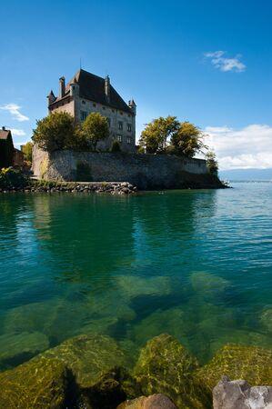 イヴォワール, フランスの美しい浮城は部分的に冠水した岩やレマン湖の新鮮な水で固定されています。
