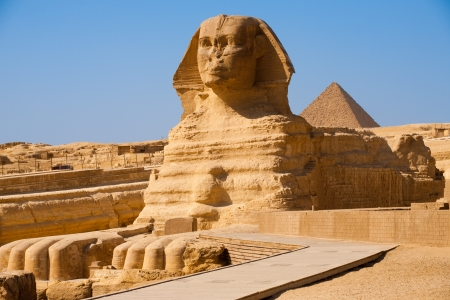 egyptian pyramids: The full profile of the Great Sphinx with the pyramid of Menkaure in the background in Giza, Egypt Stock Photo