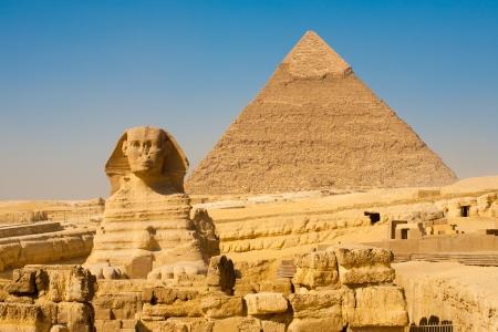 esfinge: La Esfinge y la pir�mide de Kefr�n ligeramente desplazada en Giza, el Cairo, Egipto