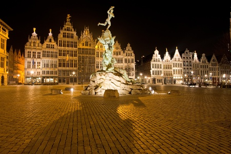 The statue of Brabo stands at the center of Grote Markt backed by the guild houses in Antwerp, Belgium Banco de Imagens