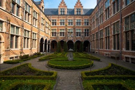 A beautifully manicured European garden in a courtyard in Antwerp, Belgium Zdjęcie Seryjne