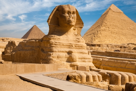 pyramid egypt: A beautiful profile of the Great Sphinx including the pyramids of Menkaure and Khafre in the background in Giza, Cairo, Egypt Stock Photo