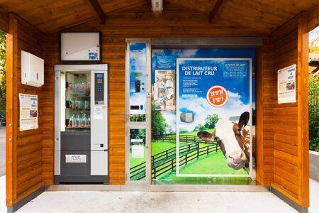 dispense: Gaillard, Francia - 21 de septiembre de 2010: Una �nica m�quina autom�tica expendedora de leche puede prescindir de la leche fresca las 24 horas del d�a 21 de septiembre de 2010 en Gaillard, Francia