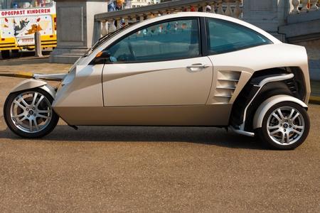 schnitzer: Antwerpen, Belgien - 14. April 2010: Ein Carver One Hybrid-Fahrzeug, ein Motorrad �hnliches Fahrzeug, die Bank bis zu 45 Grad k�nnen in der Kurve, ist auf dem Display auf einer Messe am 14. April 2010 in Antwerpen, Belgien