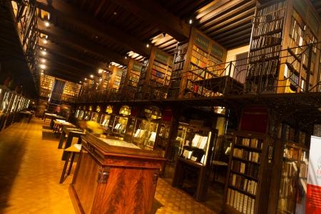 ANVERS, BELGIQUE - 25 avril 2010: L'intérieur de la Bibliothèque Hendrik Conscience rarement vu, une bibliothèque du vieux monde a ouvert une fois par an au public lors de la Journée du patrimoine Avril 25, 2010 in Anvers, Belgique Banque d'images - 14681945