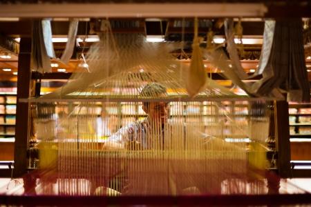 ティルネルヴェーリ、インド - 2009 年 12 月 9 日: 2009 年 12 月 9 日ティルネルヴェーリ、インドでの手の織機を実証するために伝統的なサリーは、正体不明インド人。繊維工業はインドにとって重要です。