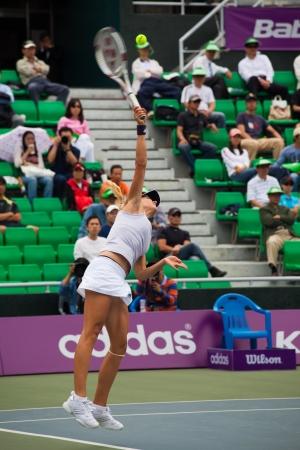 deportes olimpicos: SEÚL, COREA - 23 DE SEPTIEMBRE DE 2009: jugador ruso profesional femenino de tenis, Maria Kirilenko realiza un saque en el Abierto de Hansol Corea el 23 de septiembre de 2009 en Seúl, Corea Editorial