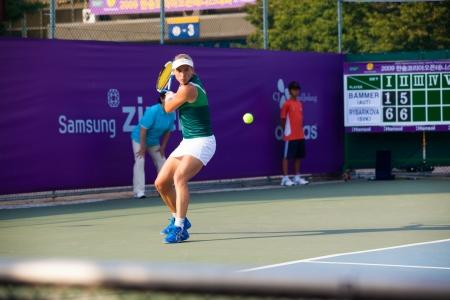 backhand: Se�l, Corea - 23 de septiembre 2009: El jugador de tenis profesional femenino, Sybille Bammer se prepara para una devoluci�n de rev�s en el Abierto de Hansol Corea el 23 de septiembre de 2009 en Se�l, Corea Editorial