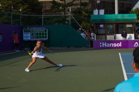 lunges: SE�L, COREA - 23 DE SEPTIEMBRE DE 2009: jugador de tenis profesional femenino, Magdalena Rybarikova se lanza con un golpe de derecha pu�alada en un baile en el Abierto de Hansol Corea el 23 de septiembre de 2009 en Se�l, Corea