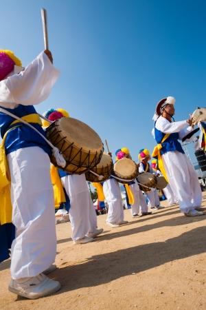 SEOUL, KOREA - 2008 년 9 월 18 일 : 2009 년 서울에서 9 월 18, 2009에 대한 로컬 야외 축제에서 전통적으로 옷을 입고 한국 무용과 놀이 드럼의 그룹