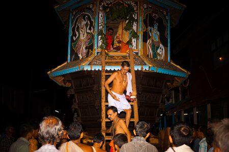 hindues: Gokarna, India - 26 de marzo de 2009: Desconocidos salidas sacerdotes brahmanes el pequeño carro ratha mensual durante un festival local hindú, el 26 de marzo de 2009 en Gokarna, India Editorial