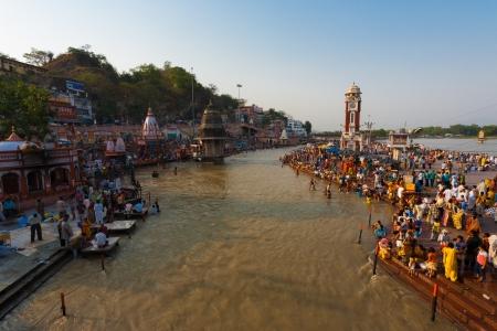 hindues: Haridwar, India - 20 de mayo de 2009: Unidentified hind�es se re�nen y toman un ba�o ritual de limpieza en el r�o Ganges para purificar el 20 de mayo de 2009 en Hardiwar, India Editorial