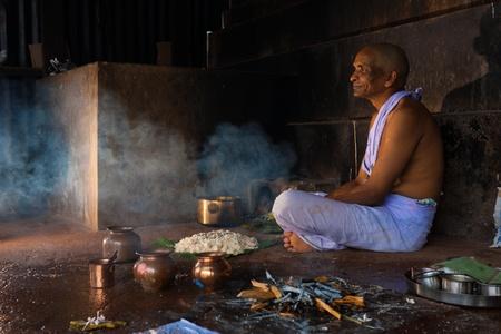 incienso: Gokarna, India - 3 DE MARZO DE 2009: Un hombre reza hindú y ofrece comida y regalos para un pariente recientemente fallecido en Gokarna, un importante lugar de peregrinación, el 3 de marzo de 2009 en Gokarna, India