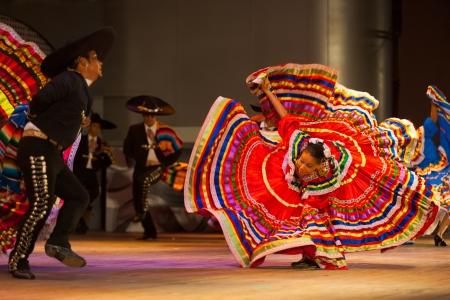 mariachi: SEOUL, KOREA - SEPTEMBER 30, 2009: Een vrouwelijke Mexicaanse danseres draait haar jurk op een traditionele folkloristische dansvoorstelling op het gemeentehuis open-air podium in Seoel, Zuid-Korea op 30 september 2009