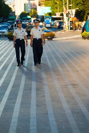 Seoul, Korea - 28 augustus 2009: De jonge Koreaanse mannen patrouilleren in de straten van het centrum als civiele politie, een alternatief voor de verplichte militaire dienst in Seoul, Zuid-Korea op 28 augustus 2009