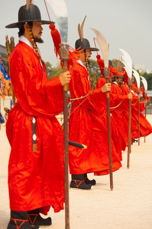 SEOUL, KOREA - SEPTEMBER 17, 2009: Row of armed guards in ancient traditional soldier uniforms protect Gyeongbokgung Palace, the old royal residence, in Seoul, South Korea on September 17, 2009 Stock Photo - 18831763