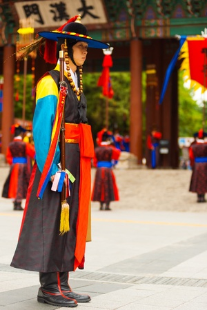 vestidos de epoca: SE�L, COREA - 27 de agosto de 2009: Un capit�n con trajes de �poca tradicional lidera el cambio de guardia en el Palacio Deoksugung, un hito tur�stico, en Se�l, Corea del Sur el 27 de agosto 2009