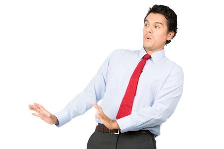 defensive posture: Un hombre intimidado latino en ropa de negocios, camisa de vestir, corbata en posici�n defensiva recostado, apaciguar, calmar agresoras de la mano hacia fuera apaciguar, pacificar oponente imaginario. Horizontal
