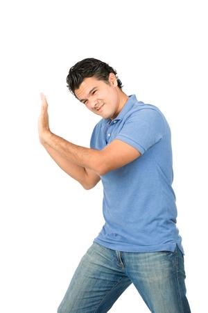 empujando: Una lucha por el hombre latino ropa casual utilizando el peso corporal empujar, conducir hacia atrás, protegiendo, forzando contra Insertar objeto imaginario que viene de lado
