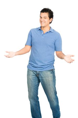 invitando: Hombre hisp�nico sonriente hermoso en ropa casual, abiertas, los brazos extendidos, el lenguaje corporal y el gesto invitando visor para un abrazo o abrazar.