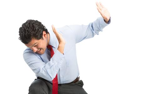 defensive posture: Un trabajador v�ctima hispano oficina de cuello blanco macho protege con las manos en posici�n defensiva del lugar de trabajo f�sico, abuso verbal, la violencia. Horizontal