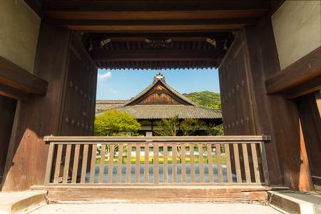 大正門の正面玄関は京都で晴れた日に古代の Shoren-In 寺院の中心の外観をフレームします。水平方向