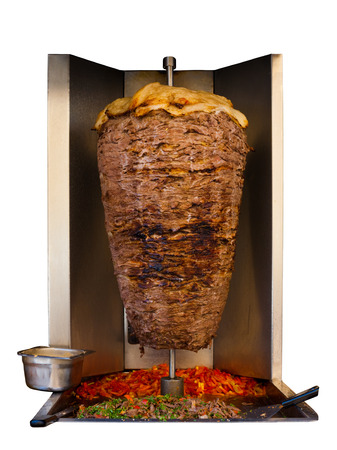 Gegrilde doorstoken lam schapenvlees, een traditioneel vlees geserveerd in shoarma of kebab sandwich in de Middellandse Zee, de Arabische landen in het Midden-Oosten koken op spit in de machine op een witte achtergrond