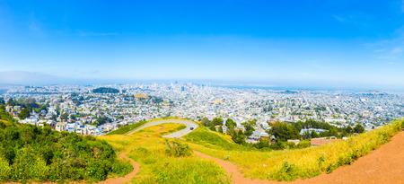 높은 각도 공중보기 다운 타운 샌 프란 시스 코 도시 풍경, 캘리포니아의 화창한 여름 날 도시와 베이의 전면보기를 제공하는 트윈 봉우리 언덕 꼭대기에서 건물의 파노라마