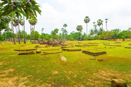 Stupas, dagobas, Chunnakam, Jaffna, 스리랑카에서 Kandurugoda 수도원 또는 Kandarodai viharaya의 고향으로 생각 고대 고고학 사이트에 서. 수평 스톡 콘텐츠 - 70160449