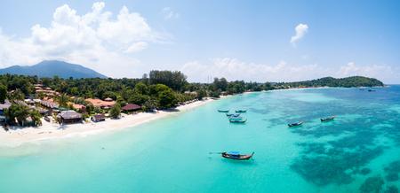 パタヤ ビーチのパノラマ ビュー島の楽園リペ島、タイで空中透明な熱帯の水の上