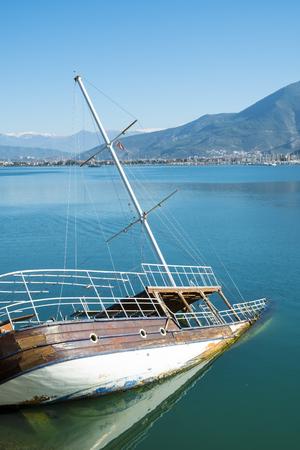 Sunken shipwreck boat in the sea off the coast of Fethiye, Turkey. Vertical Banco de Imagens