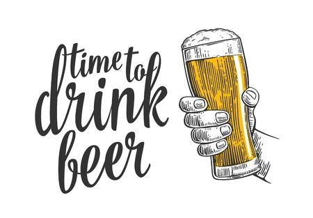 Homme main tenant un verre de bière. Illustration vintage de gravure pour le web, affiche, invitation à temps de la bière de fête à boire. Isolé sur fond blanc