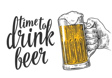 Mano masculina que sostiene una jarra de cerveza. ilustración de grabado de la vendimia para la web, cartel, invitación a la hora de la fiesta de la cerveza para beber. Aislado en el fondo blanco