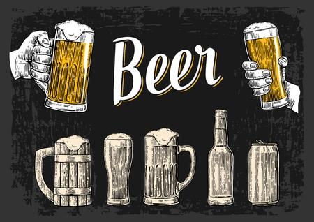 Dos manos que sostienen la taza vasos de cerveza. Vidrio, lata, botella. ilustración de la vendimia grabado vectorial para la web, cartel, invitación a la fiesta de la cerveza. dibujado a mano elemento de diseño aislado en el fondo oscuro.