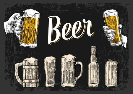 Dwie ręce trzyma kieliszek piwa okulary. Szkło, może, butelka. Vintage ilustracji wektorowych rytownictwo dla sieci web, plakat, zaproszenie na imprezę piwa. Rę cznie rysowane element projektu samodzielnie na ciemnym tle.